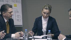 Η επιχειρηματίας επικοινωνεί με τους υπαλλήλους απόθεμα βίντεο