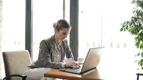 Η επιχειρηματίας κάθεται στον καφέ απόθεμα βίντεο
