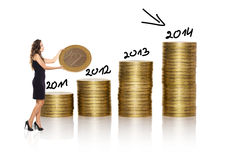 Η επιχειρηματίας κάνει το σωρό των χρυσών νομισμάτων στο άσπρο υπόβαθρο Στοκ εικόνα με δικαίωμα ελεύθερης χρήσης