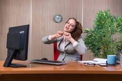 Η επιχειρηματίας κάτω από την πίεση που εργάζεται στο γραφείο Στοκ φωτογραφίες με δικαίωμα ελεύθερης χρήσης