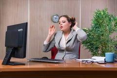 Η επιχειρηματίας κάτω από την πίεση που εργάζεται στο γραφείο Στοκ Φωτογραφίες