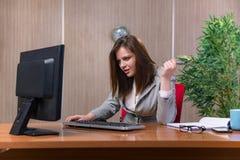 Η επιχειρηματίας κάτω από την πίεση που εργάζεται στο γραφείο Στοκ εικόνα με δικαίωμα ελεύθερης χρήσης