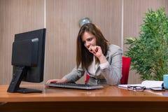 Η επιχειρηματίας κάτω από την πίεση που εργάζεται στο γραφείο Στοκ φωτογραφία με δικαίωμα ελεύθερης χρήσης
