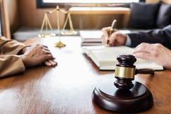 Η επιχειρηματίας και ο αρσενικός δικηγόρος ή ο δικαστής συμβουλεύονται την κατοχή του meeti ομάδων στοκ φωτογραφία με δικαίωμα ελεύθερης χρήσης
