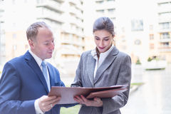 Η επιχειρηματίας και ο επιχειρηματίας καθιστούν μια διαπραγμάτευση υπαίθρια Στοκ Φωτογραφία