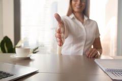 Η επιχειρηματίας καλωσορίζει το συνεργάτη στην επιχειρησιακή συνεδρίαση Στοκ Εικόνες