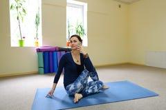 Η επιχειρηματίας μελετά τις βασικές ασκήσεις γιόγκας στη σε απευθείας σύνδεση σειρά μαθημάτων στοκ φωτογραφία με δικαίωμα ελεύθερης χρήσης