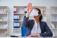 Η επιχειρηματίας με τα γυαλιά εικονικής πραγματικότητας στην αρχή Στοκ φωτογραφίες με δικαίωμα ελεύθερης χρήσης