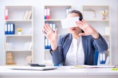 Η επιχειρηματίας με τα γυαλιά εικονικής πραγματικότητας στην αρχή Στοκ φωτογραφία με δικαίωμα ελεύθερης χρήσης