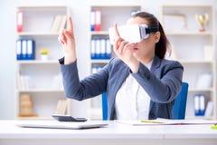 Η επιχειρηματίας με τα γυαλιά εικονικής πραγματικότητας στην αρχή Στοκ Φωτογραφία