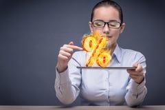 Η επιχειρηματίας με τα τοις εκατό υπογράφει στην υψηλή έννοια ενδιαφέροντος Στοκ Φωτογραφίες