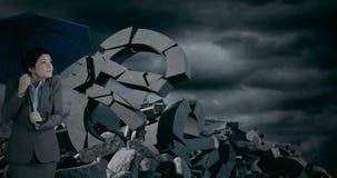 Η επιχειρηματίας με την ομπρέλα που στέκεται ενάντια στο ευρώ τραγουδά κάτω από τα θυελλώδη σύννεφα απόθεμα βίντεο