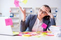 Η επιχειρηματίας με τις συγκρουόμενες προτεραιότητες στην αρχή Στοκ Εικόνες