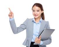 Η επιχειρηματίας με το φορητό προσωπικό υπολογιστή και το δάχτυλο δείχνουν επάνω Στοκ Φωτογραφία