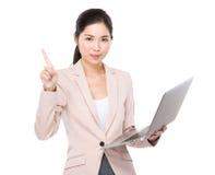 Η επιχειρηματίας με το φορητό προσωπικό υπολογιστή και το δάχτυλο δείχνουν επάνω Στοκ φωτογραφία με δικαίωμα ελεύθερης χρήσης