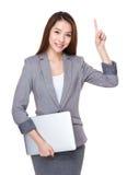 Η επιχειρηματίας με το lap-top και το δάχτυλο δείχνουν επάνω Στοκ Εικόνες