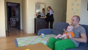 Η επιχειρηματίας μιλά το τηλέφωνο και το άτομο θέλει δίνει στο παιδί τη σύζυγό του 4K απόθεμα βίντεο