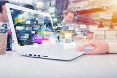 Η επιχειρηματίας μοιράζεται το σε απευθείας σύνδεση έγγραφο με μια γρήγορη σύνδεση στο Διαδίκτυο Στοκ Εικόνες