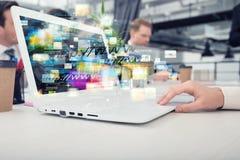 Η επιχειρηματίας μοιράζεται το σε απευθείας σύνδεση έγγραφο με μια γρήγορη σύνδεση στο Διαδίκτυο Στοκ Φωτογραφία