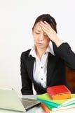 Η επιχειρηματίας πάσχει από τον πονοκέφαλο Στοκ φωτογραφία με δικαίωμα ελεύθερης χρήσης