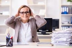 Η επιχειρηματίας πολύ πολυάσχολη με την τρέχουσα γραφική εργασία Στοκ Φωτογραφία
