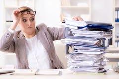 Η επιχειρηματίας πολύ πολυάσχολη με την τρέχουσα γραφική εργασία Στοκ Φωτογραφίες