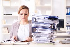 Η επιχειρηματίας πολύ πολυάσχολη με την τρέχουσα γραφική εργασία Στοκ εικόνα με δικαίωμα ελεύθερης χρήσης