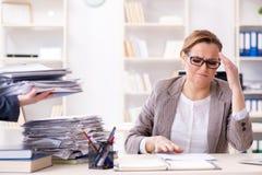 Η επιχειρηματίας πολύ πολυάσχολη με την τρέχουσα γραφική εργασία Στοκ Εικόνα