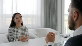 Η επιχειρηματίας που δικαιολογείται ενώπιον του προϊσταμένου, εργαζόμενος γραφείων ζητά συγγνώμη, θηλυκό σε μια ανήσυχη κατάσταση απόθεμα βίντεο