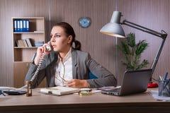Η επιχειρηματίας που εργάζεται στο γραφείο Στοκ Εικόνες
