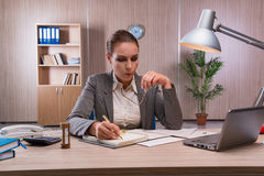 Η επιχειρηματίας που εργάζεται στο γραφείο Στοκ φωτογραφία με δικαίωμα ελεύθερης χρήσης