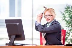 Η επιχειρηματίας που εργάζεται στο γραφείο Στοκ εικόνα με δικαίωμα ελεύθερης χρήσης