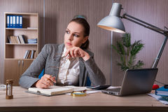 Η επιχειρηματίας που εργάζεται στο γραφείο Στοκ φωτογραφίες με δικαίωμα ελεύθερης χρήσης