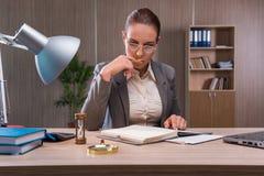 Η επιχειρηματίας που εργάζεται στο γραφείο Στοκ Εικόνα