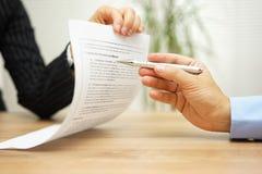 Η επιχειρηματίας που κρατά το νομικό έγγραφο και θέλει μια εξήγηση Στοκ Εικόνες
