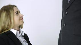 Η επιχειρηματίας που μιλά σε ένα τηλέφωνο, υπάλληλος τρίβει τους ώμους και το λαιμό της μετά από μια μακροχρόνια εργασία φιλμ μικρού μήκους