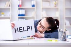 Η επιχειρηματίας που παρακαλεί για τη βοήθεια στην αρχή Στοκ Εικόνες