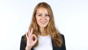 Η επιχειρηματίας που παρουσιάζει εντάξει σημάδι, όλα είναι εντάξει, πορτρέτο, άσπρο υπόβαθρο Στοκ φωτογραφία με δικαίωμα ελεύθερης χρήσης