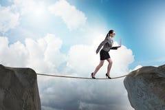 Η επιχειρηματίας που περπατά σφιχτό rop στην επιχειρησιακή έννοια Στοκ Εικόνες
