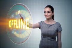 Η επιχειρηματίας που πιέζει το εικονικό κουμπί off-$l*line Στοκ Εικόνα