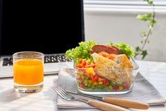 Η επιχειρηματίας που τρώει τα οργανικά vegan γεύματα από παίρνει μαζί το μεσημεριανό γεύμα BO στοκ φωτογραφία με δικαίωμα ελεύθερης χρήσης