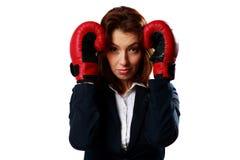 Η επιχειρηματίας που φορά τα εγκιβωτίζοντας γάντια που στέκονται σε προστατευτικό θέτει στοκ φωτογραφία