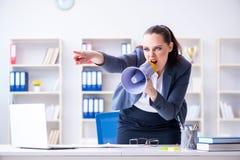 Η επιχειρηματίας που φωνάζει με το μεγάφωνοη στην αρχή Στοκ Φωτογραφίες