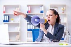 Η επιχειρηματίας που φωνάζει με το μεγάφωνοη στην αρχή Στοκ εικόνες με δικαίωμα ελεύθερης χρήσης