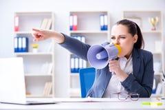 Η επιχειρηματίας που φωνάζει με το μεγάφωνοη στην αρχή Στοκ φωτογραφία με δικαίωμα ελεύθερης χρήσης