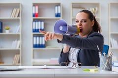 Η επιχειρηματίας που φωνάζει με το μεγάφωνοη στην αρχή Στοκ εικόνα με δικαίωμα ελεύθερης χρήσης