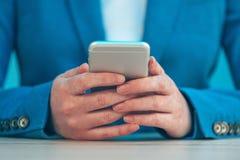 Η επιχειρηματίας που χρησιμοποιεί το smartphone, κλείνει επάνω των χεριών Στοκ φωτογραφίες με δικαίωμα ελεύθερης χρήσης