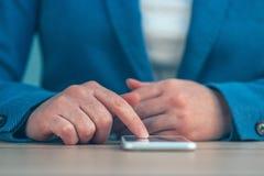 Η επιχειρηματίας που χρησιμοποιεί το smartphone, κλείνει επάνω των χεριών Στοκ φωτογραφία με δικαίωμα ελεύθερης χρήσης