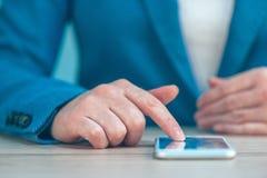 Η επιχειρηματίας που χρησιμοποιεί το smartphone, κλείνει επάνω των χεριών Στοκ Εικόνες