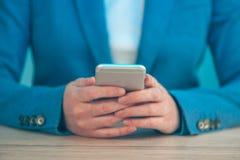 Η επιχειρηματίας που χρησιμοποιεί το smartphone, κλείνει επάνω των χεριών Στοκ Φωτογραφία